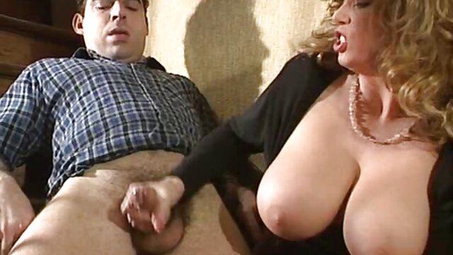 Deux lesbiennes beautés sexy sexe sur une rue ensoleillée mere initie sa fille au sexe